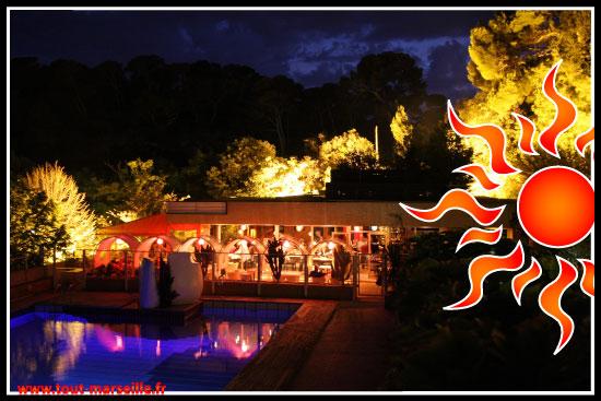 Le restaurant donne sur une piscine éclairée et une vue dégagée